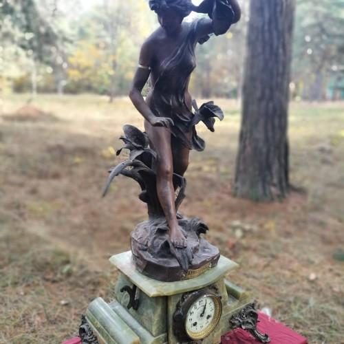 Moters skulptūra su laikrodžiu
