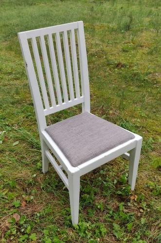 8 baltos kėdės.